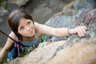 ילדה שמנסה לטפס בהר